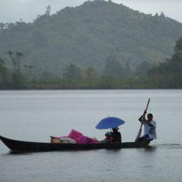 Pirogen sind das gängige Verkehrsmittel auf den Wasserwegen an der Ostküste.