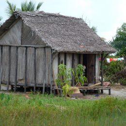 Oder so: Typische Hütte aus Holz, Stroh und Palmenblättern an der Ostküste.