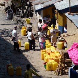 Wer kein Wasser im Haus hat, holt es an städtischen Zapfstellen mit umfunktionierten Kanistern für Speiseöl.