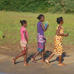 Drei Mädchen in Bekopaka im Westen Madagaskars