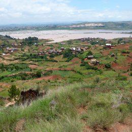 Blick auf das Umland von Tana in der Regenzeit