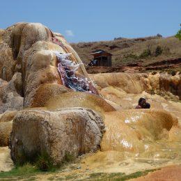 Warme schwefelhaltige Quellen im Hochland