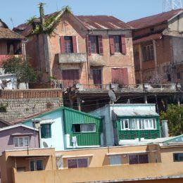 Die Madagassen übernahmen das Bauen von Häusern aus Ziegeln von den Engländern im 19 Jh. Davor galt Stein als ein Material, in dem nur die Toten wohnen, nicht die Lebenden.