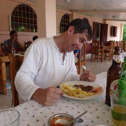 Der Autor in alberner Pose bei der Einnahme einer Mahlzeit