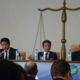 Ernste Gesichter auf einer Konferenz zur Unabhängigkeit der Justiz.