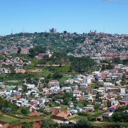 Das Königinnenschloss auf seinem Hügel ist von weither sichtbar.  In der Ebene wächst die Stadt unaufhaltsam in die ehemaligen Reisfelder hinein.