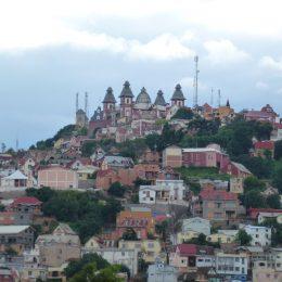 Auf dem höchsten Hügel in der Innenstadt thronen der alte Palast des Premierministers und …