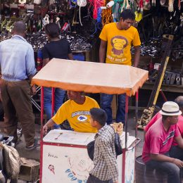 Eisverkäufer auf Straßenmarkt in Tana